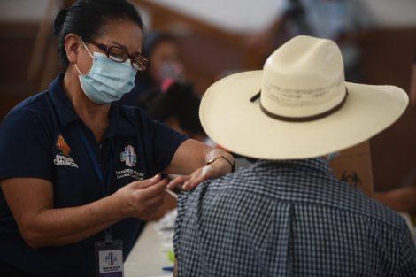 Inauguran puesto de vacunación contra Covid-19 en centro Alida España