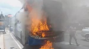 Se incendia Transurbano en la zona 18