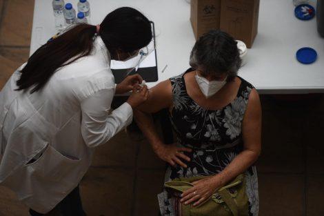 vacunación contra Covid-19 de adultos mayores en el CUM de la Usac