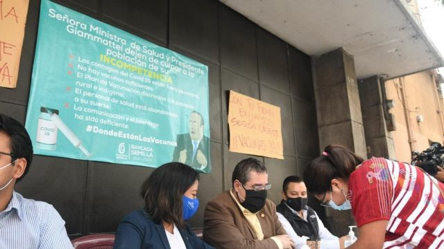 Diputados de la bancadas Semilla piden firmas para solicitar la agilización de sesión para conocer donación de vacunas contra el COVID-19.