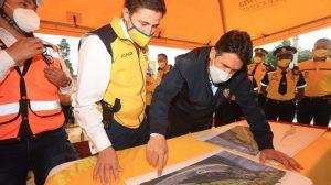 Sebastián Siero y Ricardo Quiñónez, alcaldes de Santa Catarina Pinula y de Guatemala, respectivamente, supervisan trabajos de paso a desnivel.