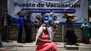 Adultos mayores buscan se vacunados contra el nuevo coronavirus. COVID-19. Foto: Edwin Bercián