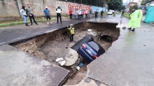 Carro cae en hundimiento en colonia Pablo VI, en Mixco