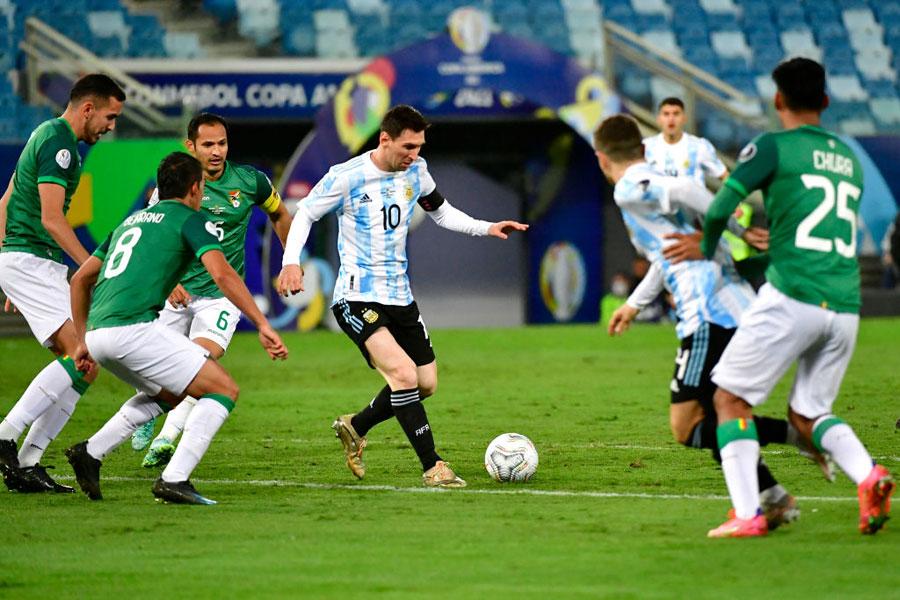 Lionel Messi enfrentando a Bolivia