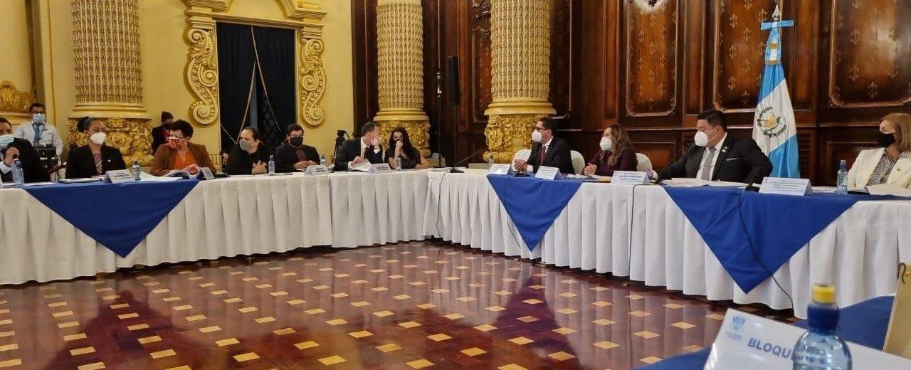 reunión de diputados y ministros en el Palacio Nacional por ley de vacunas