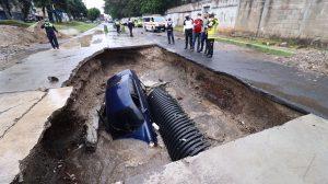 Vehículo cae en agujero en colonia Pablo Sexto