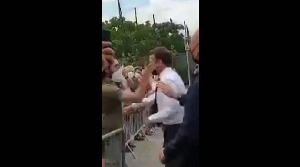 Hombre abofetea al presidente de Francia, Emmanuel Macron