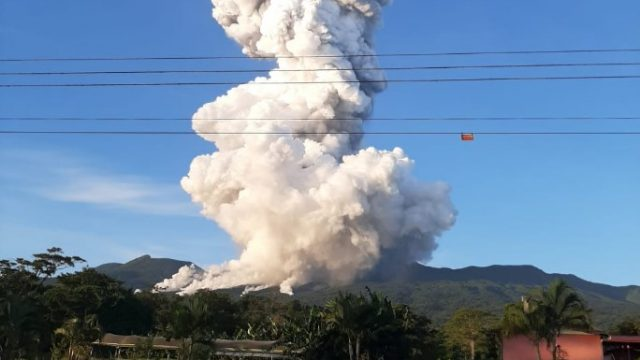 Volcán Rincón de la Vieja, en Costa Rica, hace erupción