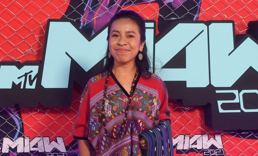 Sara Curruchich recibe el premio MTV Transforma MIAW