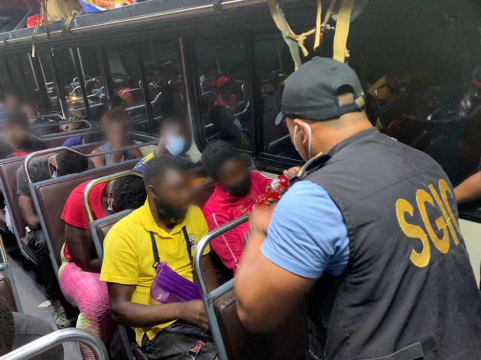 La Policía Nacional Civil (PNC) rescató a más de 100 personas que ingresaron de forma irregular al país.