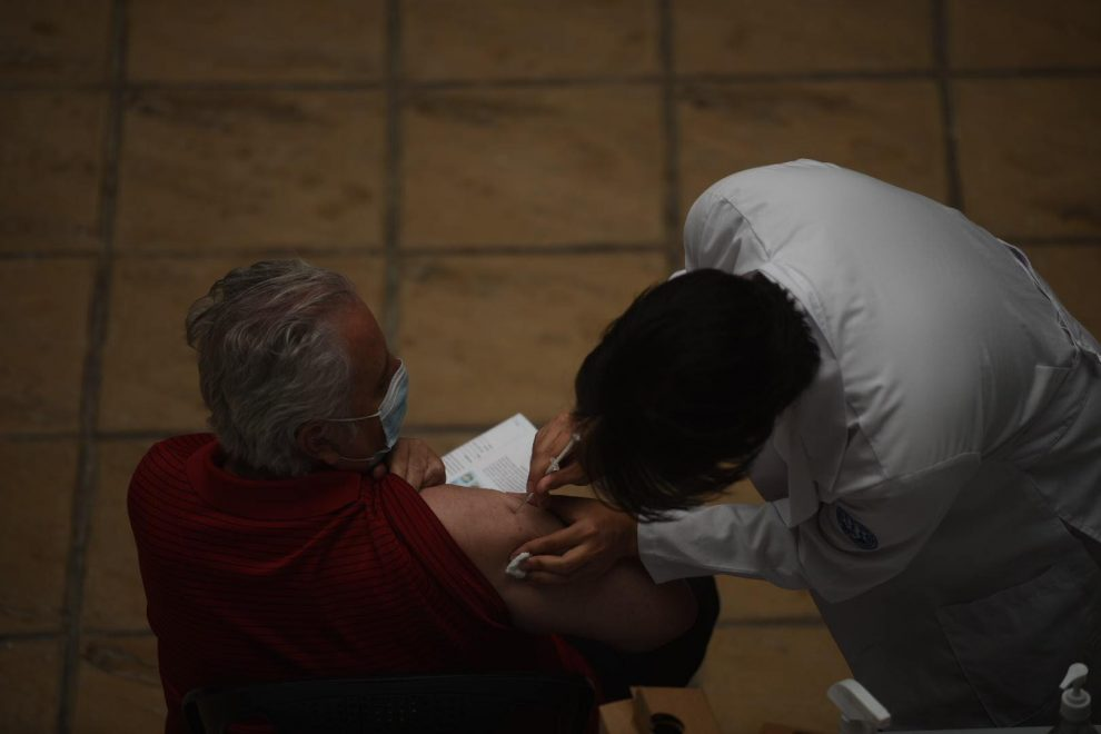 Vacunación de adultos mayores por inmunización contra el coronavirus. COVID-19.