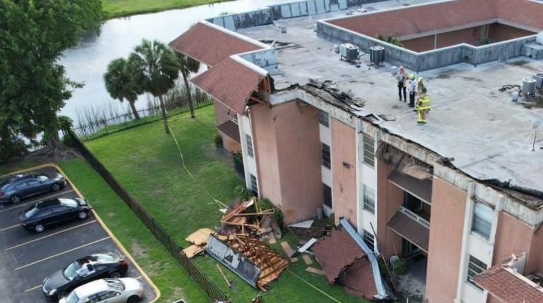 Colapsa parte del techo de un edificio en Miami