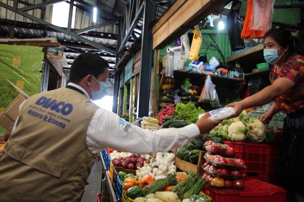 Diaco entrega mascarillas en mercados de la capital