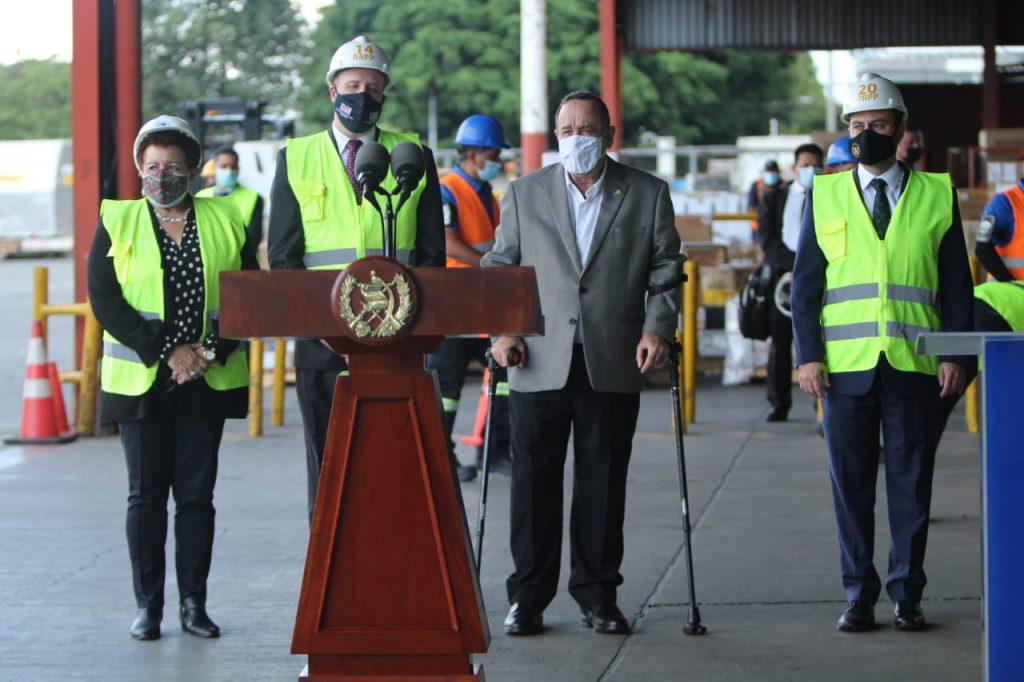 embajador William Popp entrega donativo de vacunas de EE. UU.  Guatemala