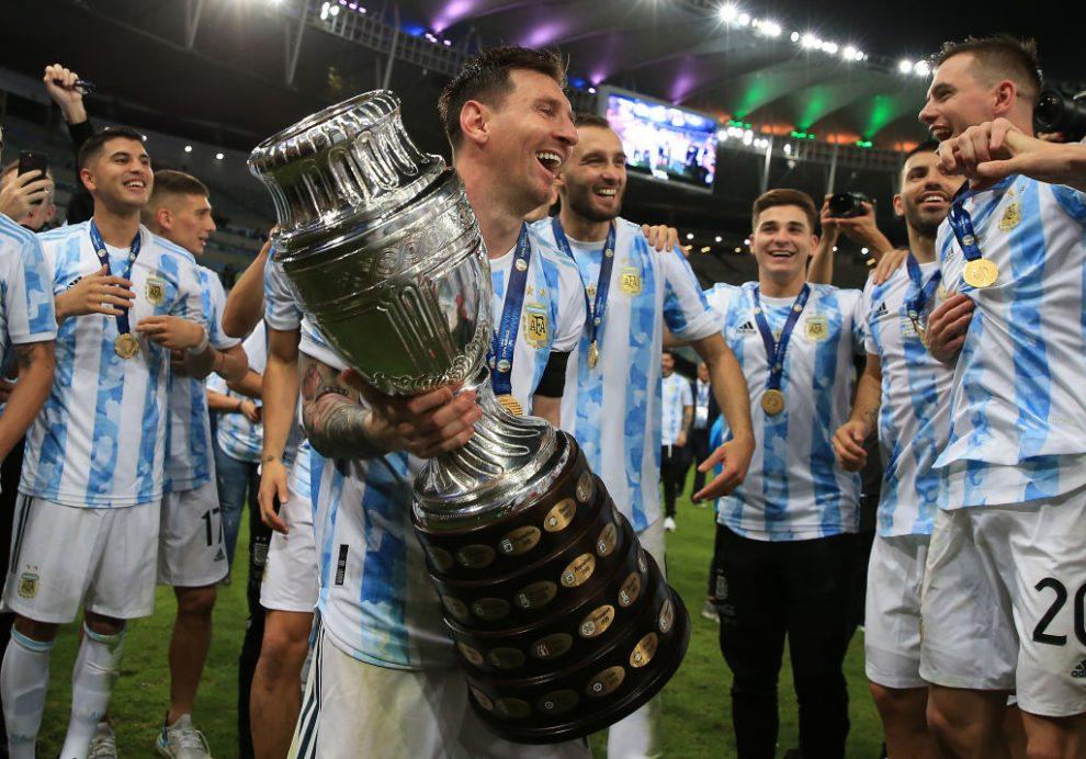 Lionel Messi celebra con el trofeo de Copa América