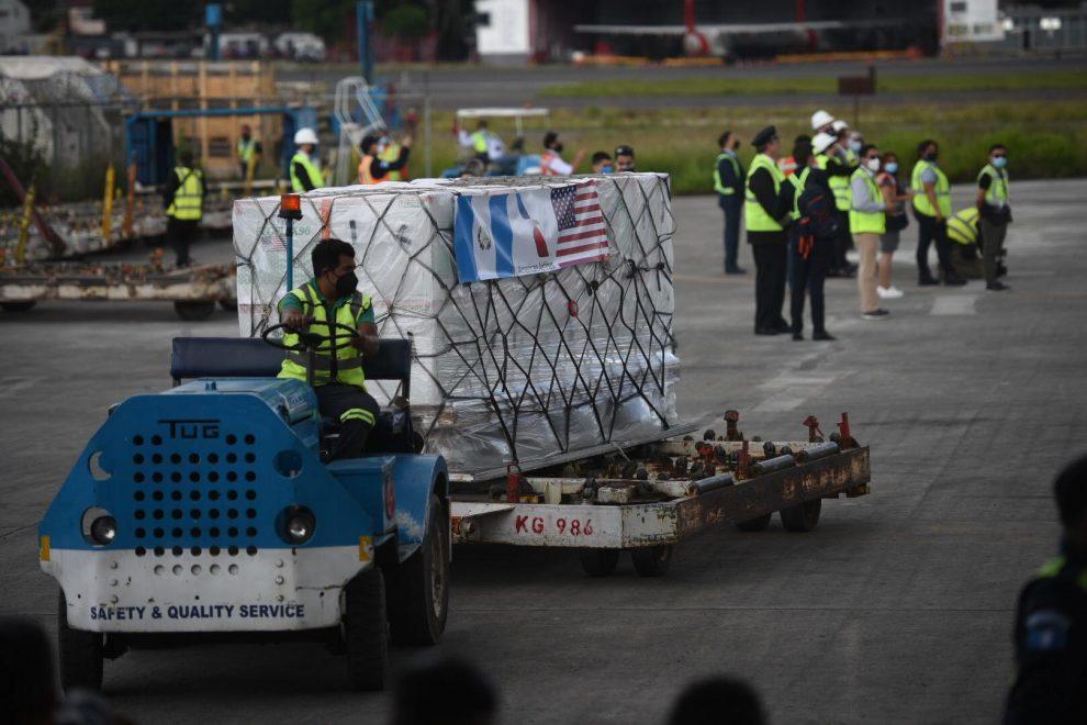 Guatemala recibe 1.5 millones de dosis contra Covid-19 donadas por EE. UU.