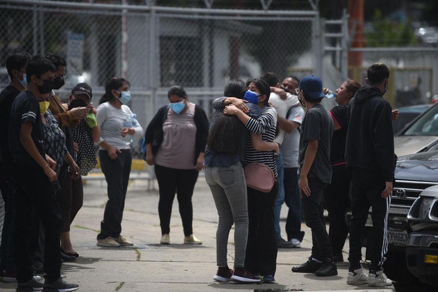 Familiares de víctimas de Covid-19 se abrazan afuera del hospital del Parque de la Industria
