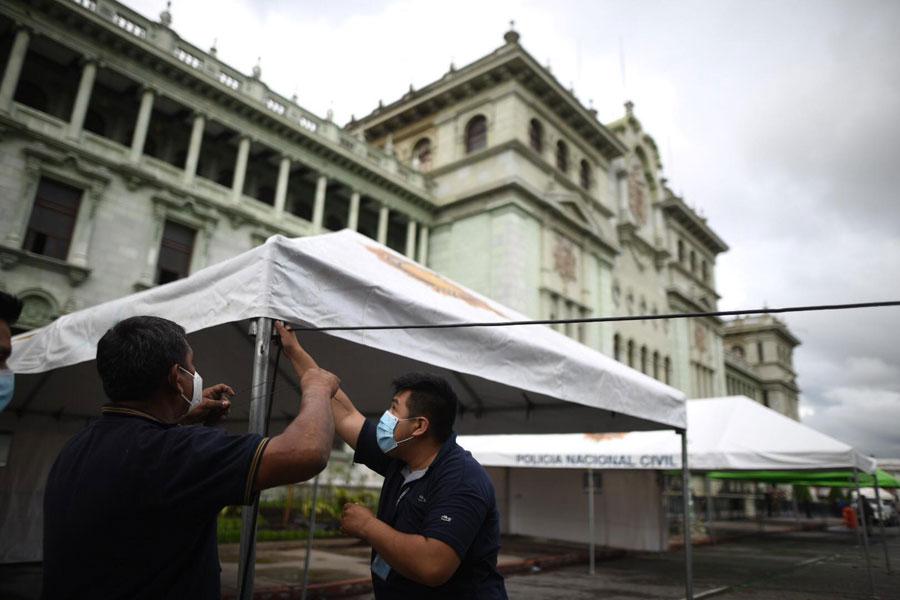 Puesto de vacunación frente al Palacio Nacional de la Cultura