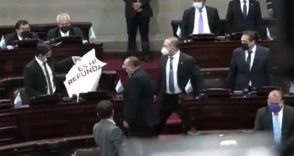 diputados rompen carteles de colegas durante sesión por bicentenario
