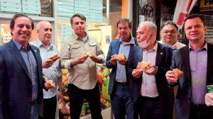 jJair Bolsonaro comiendo pizza en una calle de Nueva York