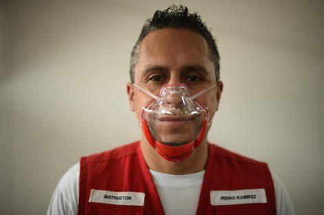 Voluntarios de la Cruz Roja Guatemalteca utilizan mascarillas inclusivas