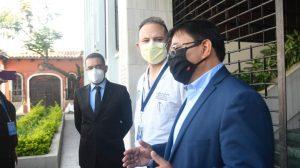 Médicos del Roosevelt acuden a CC en busca de información sobre amparo contra Giammattei