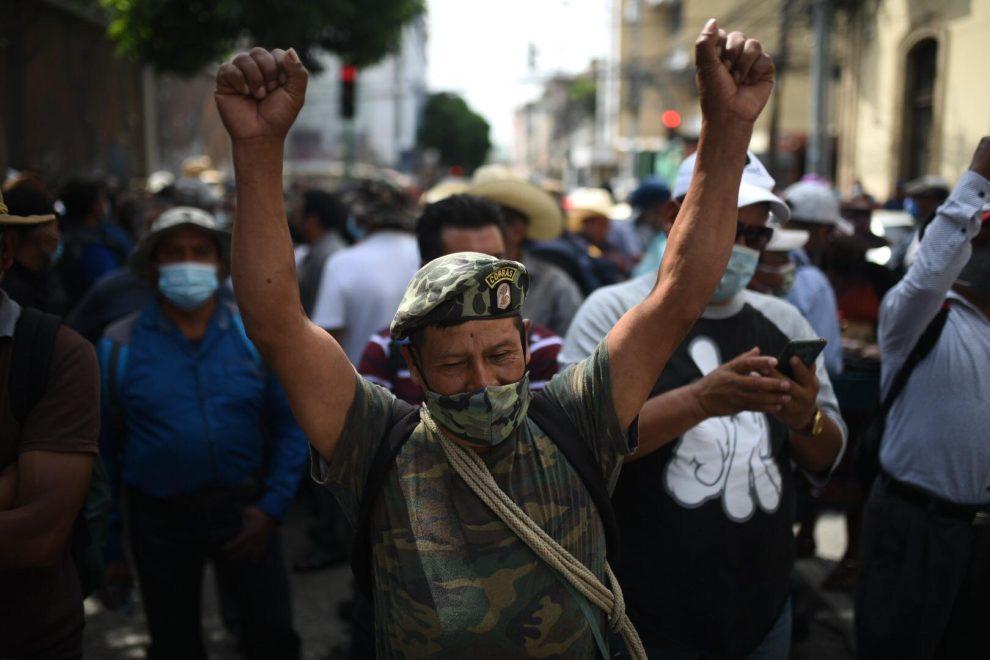 veteranos militares manifiestan frente al Congreso para exigir resarcimiento