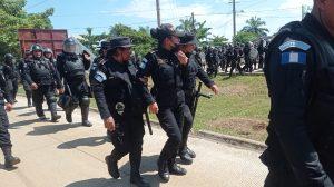 Policía se enfrenta con manifestantes en El Estor, Izabal